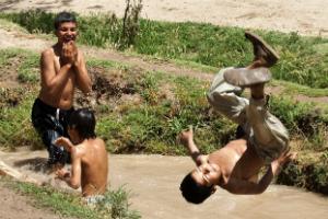 Drenge bader i Malan lille